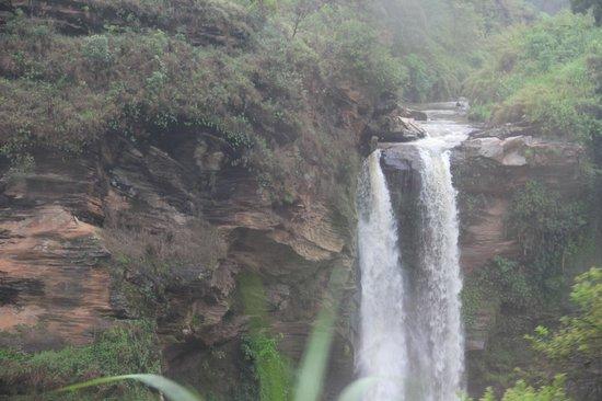 Trem da Vale – Ouro Preto e Mariana: Cachoeira no caminho entre Ouro Preto e Mariana, MG