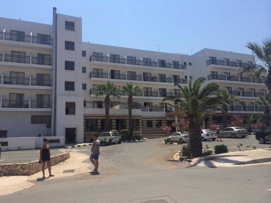 Tsokkos Beach Hotel: Front of hotel