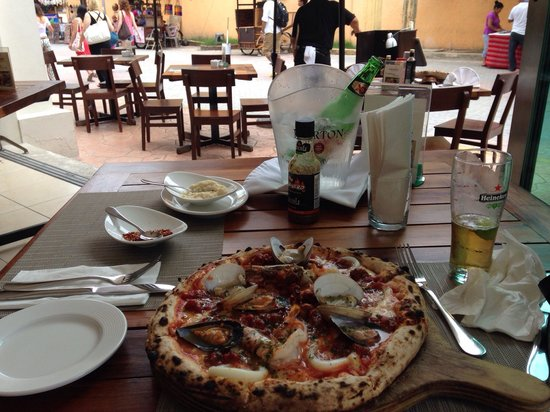 Negroamaro Italian Bar & Restaurant: The seafood pizza and view of lovely passersby