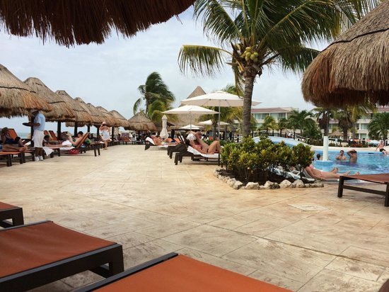 Moon Palace Golf & Spa Resort: Loungers by the pool