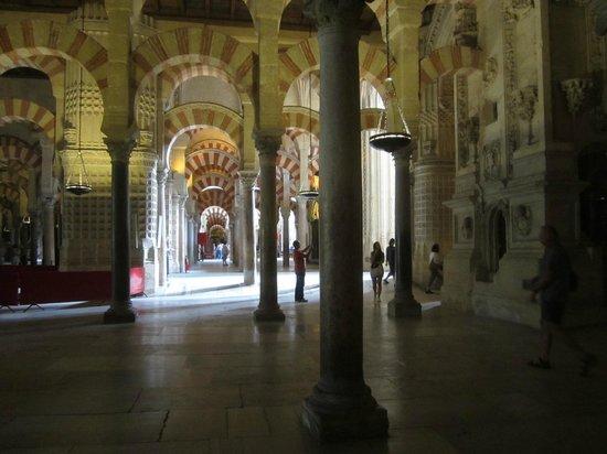 Mezquita-Catedral de Córdoba: Колонны инеподалеку от Михраба