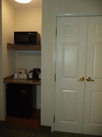 Wingate by Wyndham Atlanta Airport Fairburn: Microwave & closet
