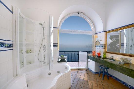 Caesar Augustus Hotel: Vesuvius Suite bathroom