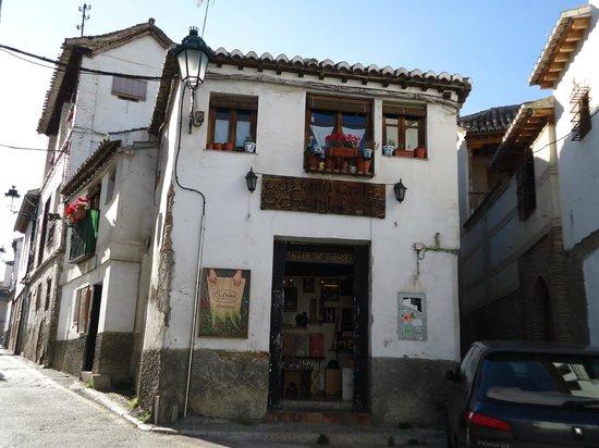 Albayzin: Casas de blanco con flores.