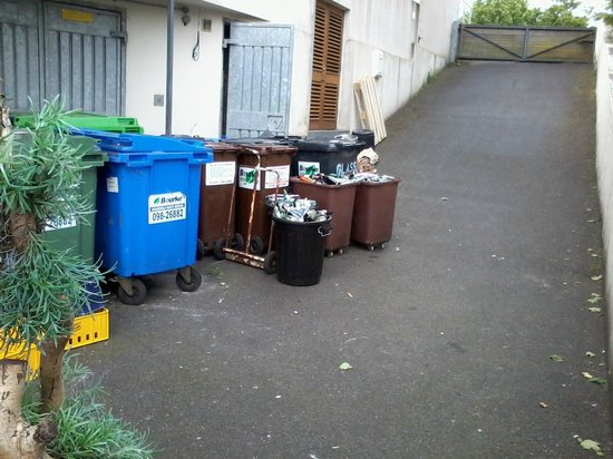 The Ice House Hotel: Rubbish bins right next to lower ground floor rooms