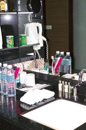Millennium Resort Patong Phuket: Sink area within bedroom