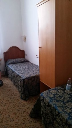 Hotel alla Fava: Room with two single beds (that's all that was left)