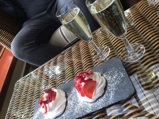 Appleby Manor Hotel & Garden Spa: Bubbly and meringue :) groupon deal