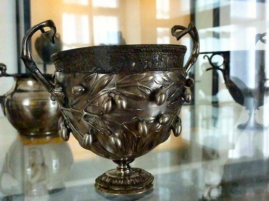 Musée archéologique national de Naples : Silver cup from Pompeii