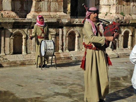 Ruinas de Jerash: Musicians in the South Theatre. Get your money ready...
