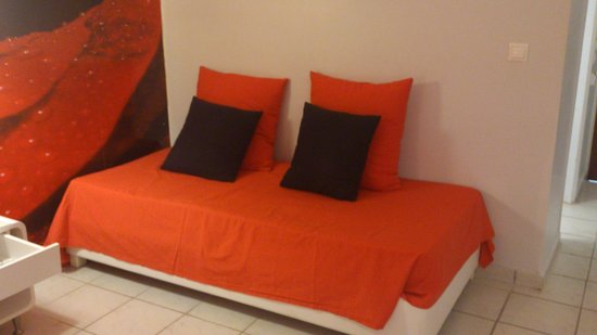 Filoxenia Hotel: Day bed in our red rose themed room.