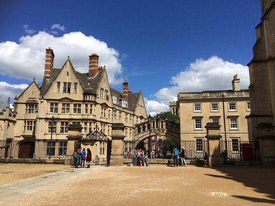 Footprints Tours Oxford : View from the Divinity School to the Bridge of Sighs