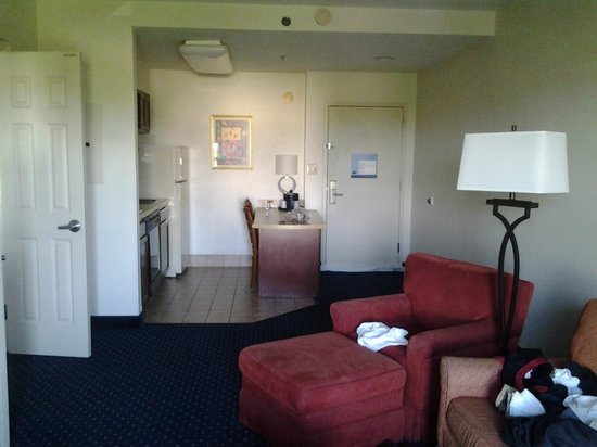 Hampton Inn & Suites Concord / Charlotte: Kitchen/Living Room