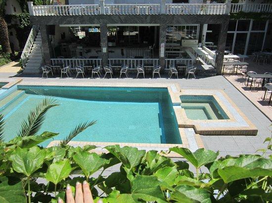 Hotel Olympic Kosma: Вид с моего балкона на внутренний дворик)