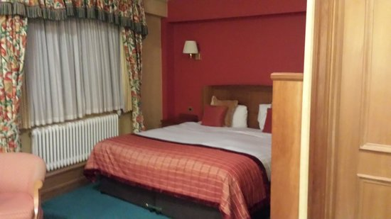 Hallmark Hotel Birmingham Strathallan: A view of the room bed!