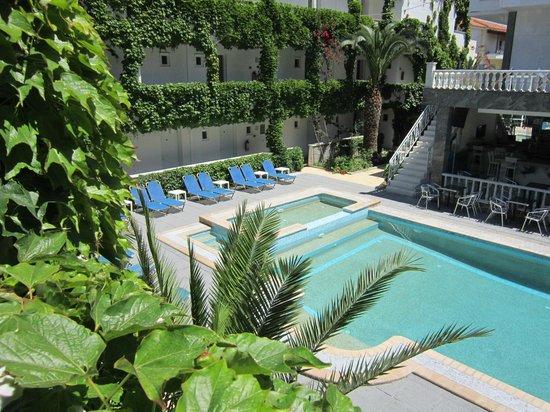 """Hotel Olympic Kosma: Шезлонги у бассейна и детский """"лягушатник"""" - по одному с каждой стороны бассейна."""