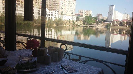 Lake Palace Hotel Baku: Вид на пруд на завтраке