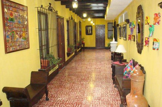 Hotel Las Camelias Inn: Big colorful corridors
