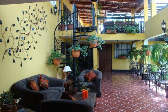 Hotel Las Camelias Inn: lots of sitting areas