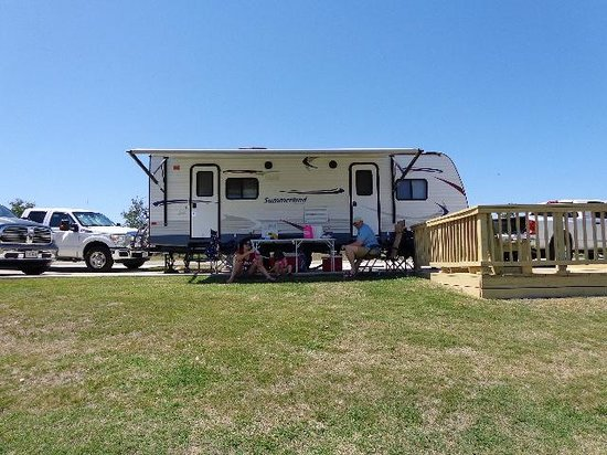 The Vineyards Campground and Cabins : Decks and tables at the sites