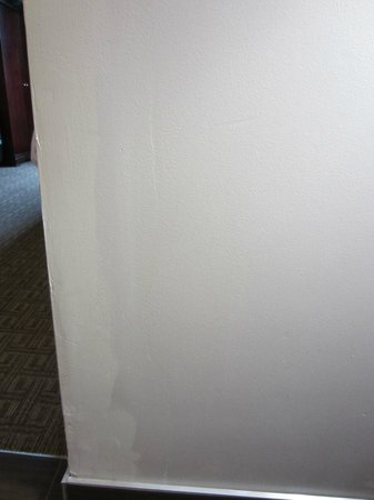 Comfort Suites - Georgetown: Wall in sitting area with uneven or fading paint