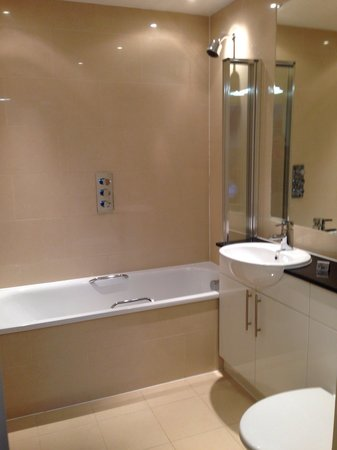 Lodge Drive Apartments: Spotless clean bathroom, not to mentioned spacious and powerful shower