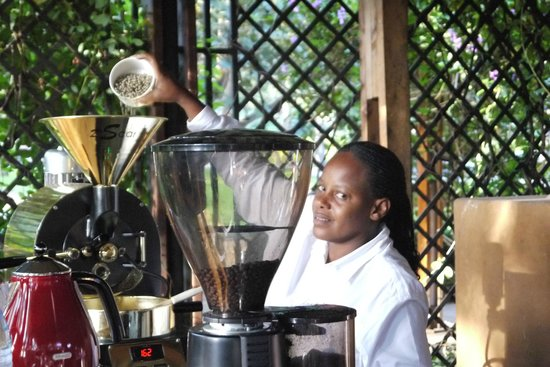 Arusha Coffee Lodge: torrefação do café no tour