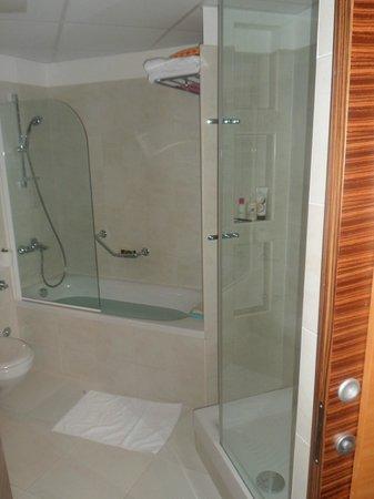 Bluesun Hotel Soline: Bath and separate shower