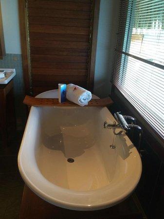 InterContinental Bora Bora Resort & Thalasso Spa : The soaker tub :)