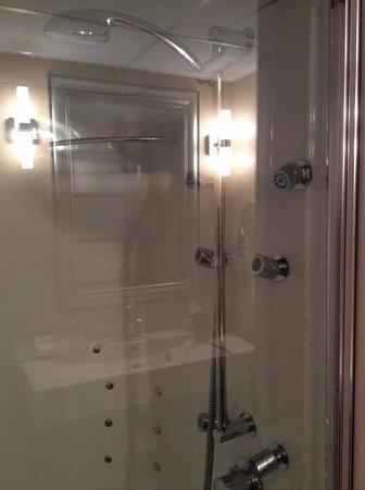 Hôtel Château Bellevue : Amazing shower