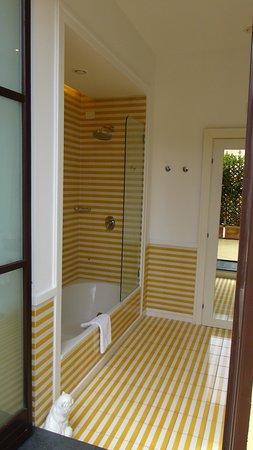Palazzo Jannuzzi Relais: Great bath - nice toiletries