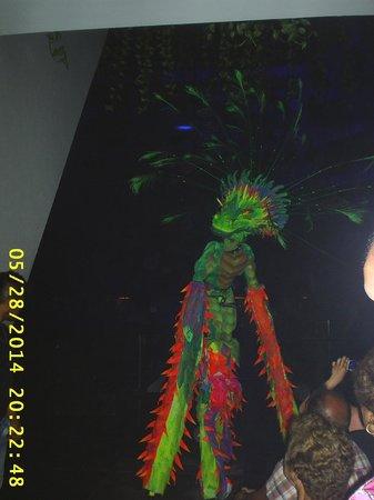 Grand Oasis Cancun: FOTO DE UNO DE LOS VARIOS SHOWS QUE DA L APIRAMIDE CADA NOCHE A LAS OCHO EN EL LOBBY DEL HOTEL