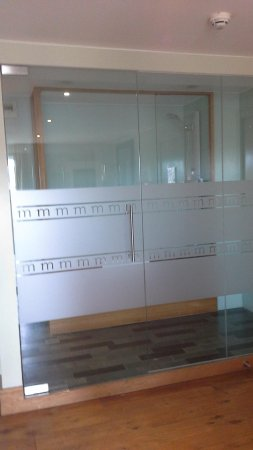 Hotel Megaro : The glass panel dividing the bedroom from the bathroom.