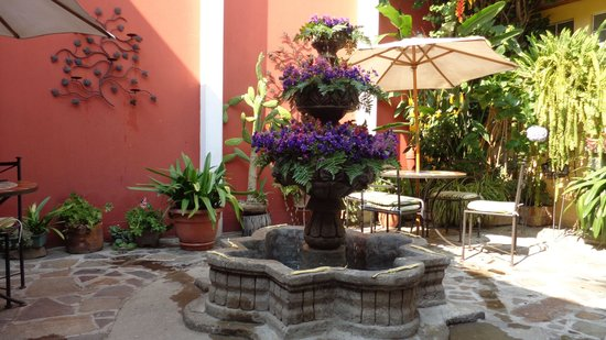 Hotel Casa Rustica: fountain decorated with flowers