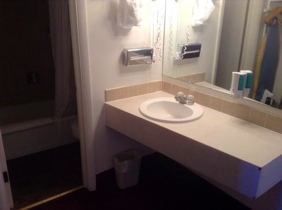 White Buffalo Hotel: bathroom