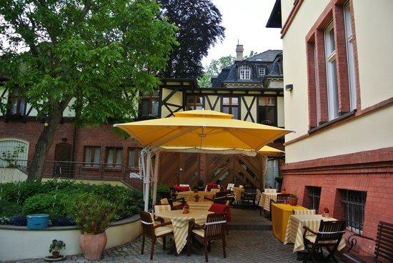 Hotel Villa Monte Vino: hotel courtyard