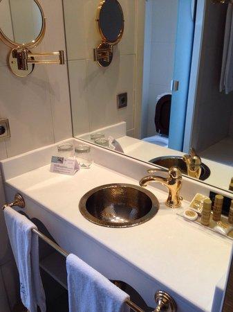 Hotel Marques de la Ensenada: Detalle del lavabo. Clásico, pero algo pequeño.