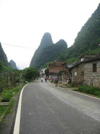 Yangshuo Historic Landscape Park : Little streets with beautiful backdrops