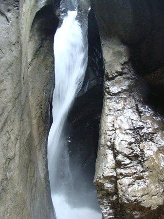 Trummelbach Falls: Agua corre por dentro da rocha.