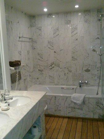 Hostellerie La Feuille d'Or : Salle bains