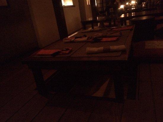 Hangawi : Tavolino nel buio del locale scarsamente illuminato