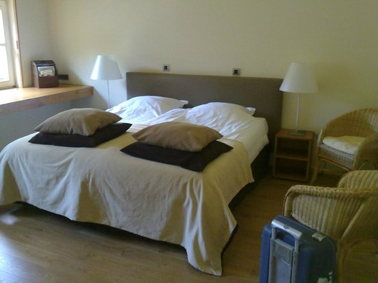 Hostellerie La Feuille d'Or : Grand lit