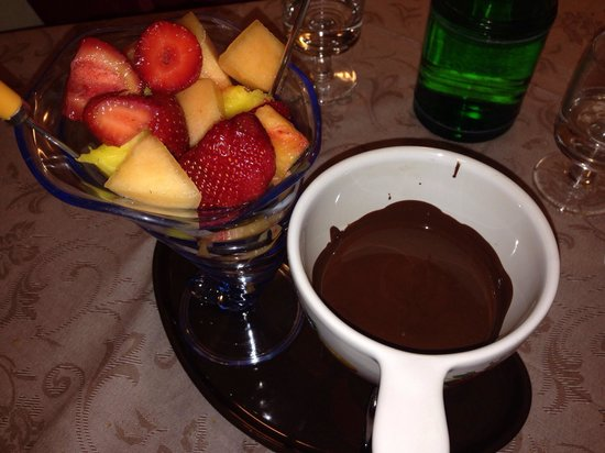Su & Giu Cucina Romana: Chocolate fondue with fresh fruit