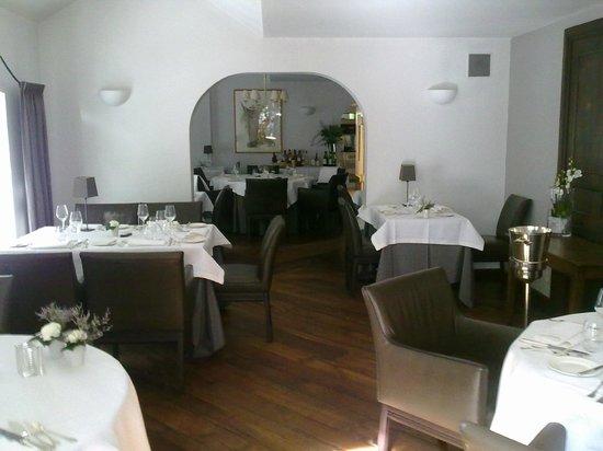 Hostellerie La Feuille d'Or : Une partie de la salle à manger