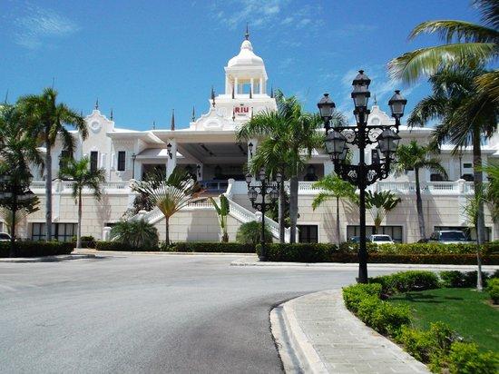 Hotel Riu Palace Punta Cana : Front of hotel