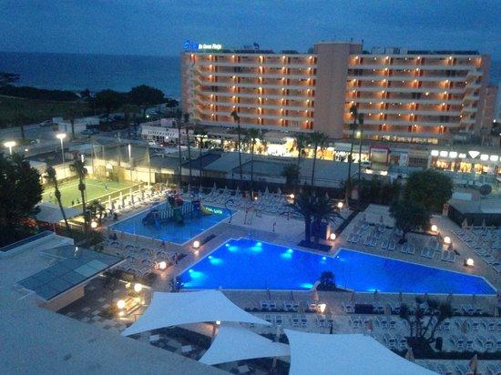 Hipotels Coma Gran Aparthotel : The pool at night :)