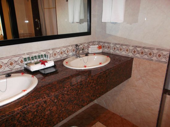Hotel Riu Palace Punta Cana : Bathroom was spacious. Shower tub combination