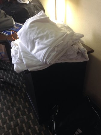 Best Western Plus Atlanta Airport-East : Sheets left for us to make our own beds