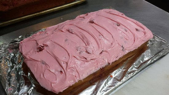 Black Bear Cafe: Homemade fresh strawberry cake!