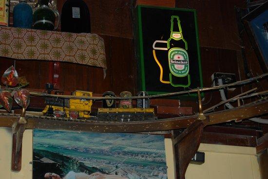 Paddy's Irish Pub: train the circles the bar